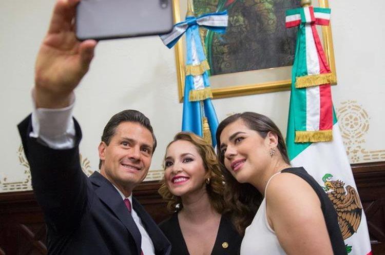 Las diputadas Alejandra Carillo y Patricia Sandoval aprovecharon un minuto con Peña Nieto. (Foto Prensa Libre:@PresidenciaMX)