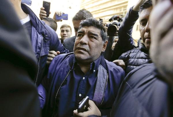 Diego Armando Maradona a su llegada a la AFA para analizar la crisis del futbol argentino. (Foto Prensa Libre: AP)