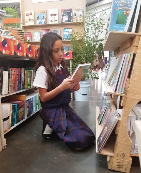 Valeria tiene 10 años y sus gusto por la lectura han cambiado, ahora disfruta los de aventuras y suspenso. (Foto prensa Libre: Sandra Vi)