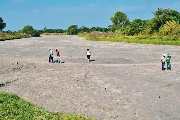 El caudal del río Madre Vieja ha sido desviado al punto de que hay tramos que se asemejan a un desierto. (Foto Prensa Libre: Enrique Paredes)
