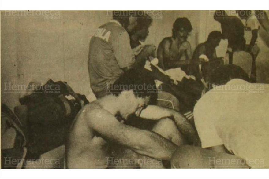 Los rostros de los seleccionados lo dicen todo, tras la derrota ante Trinidad y Tobago. 21/08/1989. (Foto: Hemeroteca PL)