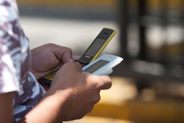 Los usuarios tienen cinco días para registrar la línea del teléfono móvil con las operadoras. (Foto Prensa Libre: Hemeroteca PL)