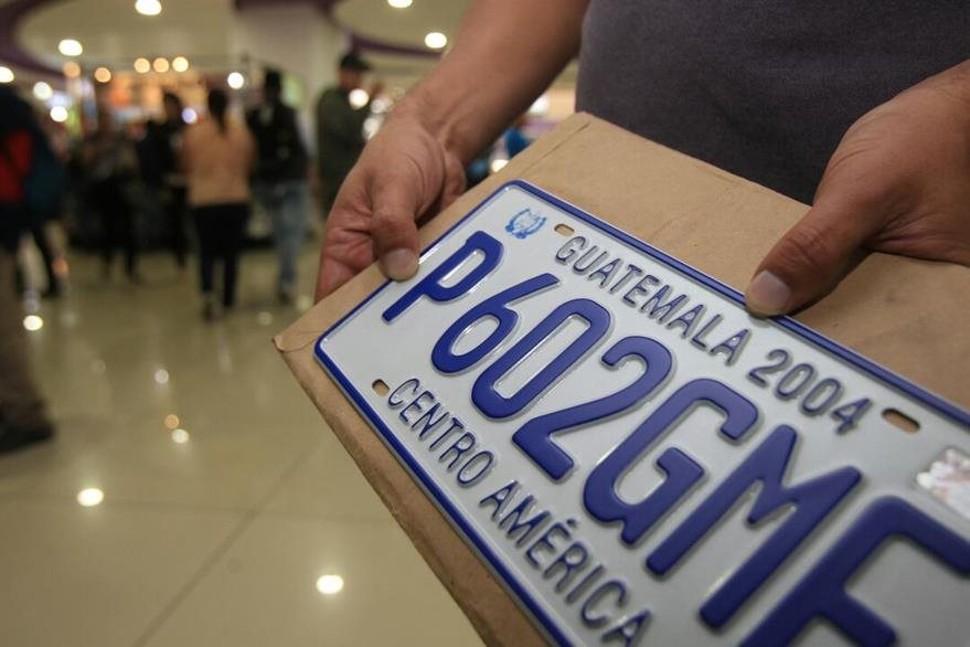 En algunas agencias de la SAT, como en Galerías Primma, aún estaban entregando hoy las últimas placas de metal. (Foto, Prensa Libre: Estuardo Paredes)