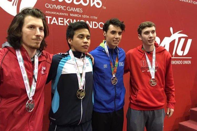 Guillermo Rodas, segundo de izquierda a derecha, posa con los ganadores de la categoría -74 kilogramos. (Foto COG).