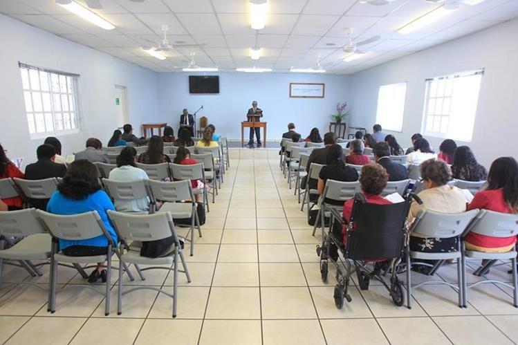 """""""Confía en Jehová y haz el bien"""", se lee al fondo de este Salón del Reino, situado en la zona 2 de Mixco. Foto Prensa Libre: Esbin García."""