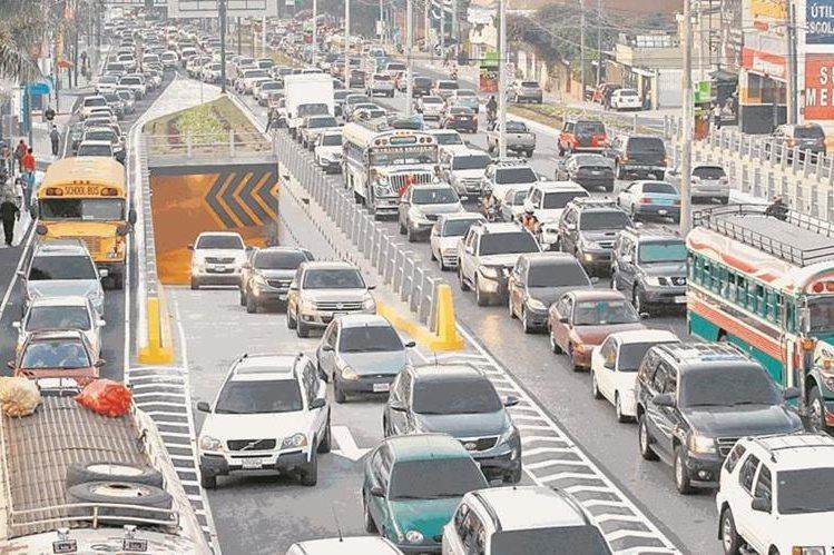 Informe recomienda revisar los vehículos, para disminuir al máximo la emisión de contaminantes atmosféricos. (Foto Prensa Libre: Hemeroteca PL)