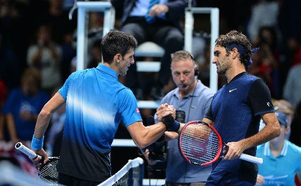 El suizo Roger Federer (derecha) saluda a al serbio Novak Djokovic, a quien eliminó en el Master de tenis. (Foto Prensa Libre: AFP)