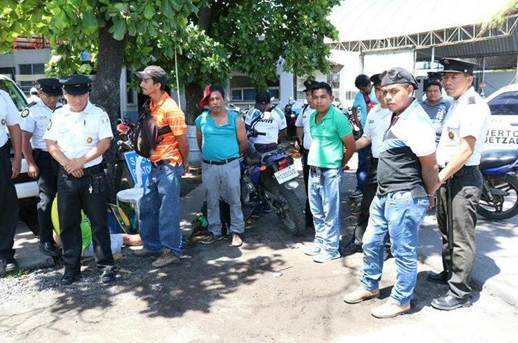 Maestros detenidos en Escuintla, por enfrentamiento con agentes de la PNC. (Foto Prensa Libre: Enrique Paredes)