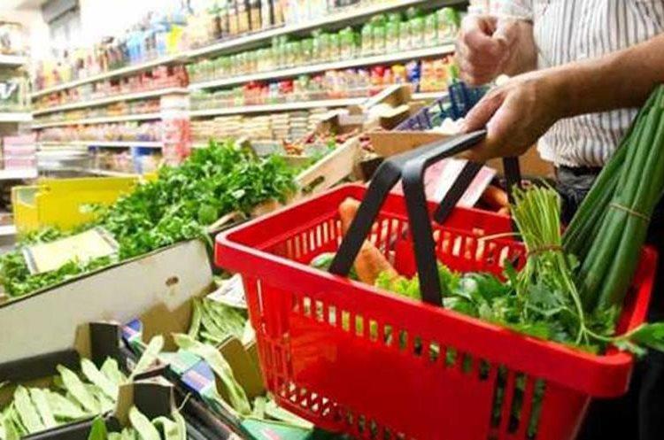 Al utilizar una canasta de compras o bolsas, llevará únicamente lo necesario. (Foto Prensa Libre: Hemeroteca)