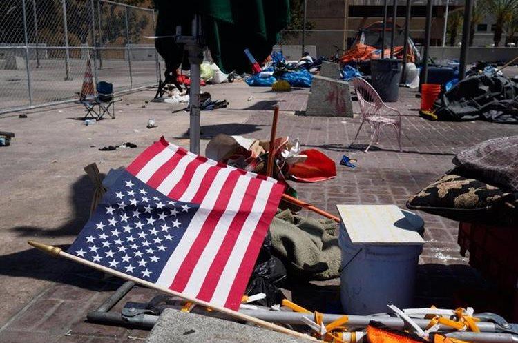 Restos de un campamento de personas sin hogar en el Condado de Orange en Santa Ana, California, EE.UU.(EFE).