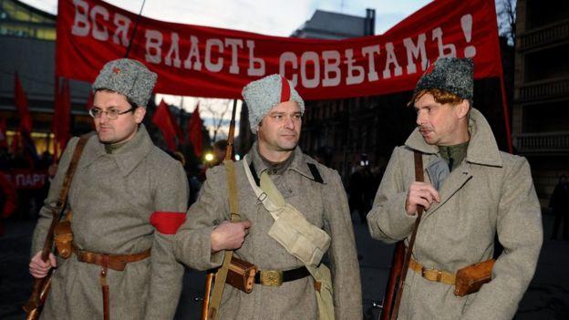 El color rojo de los bolcheviques ya era evidente en la revolución de marzo. GETTY IMAGES