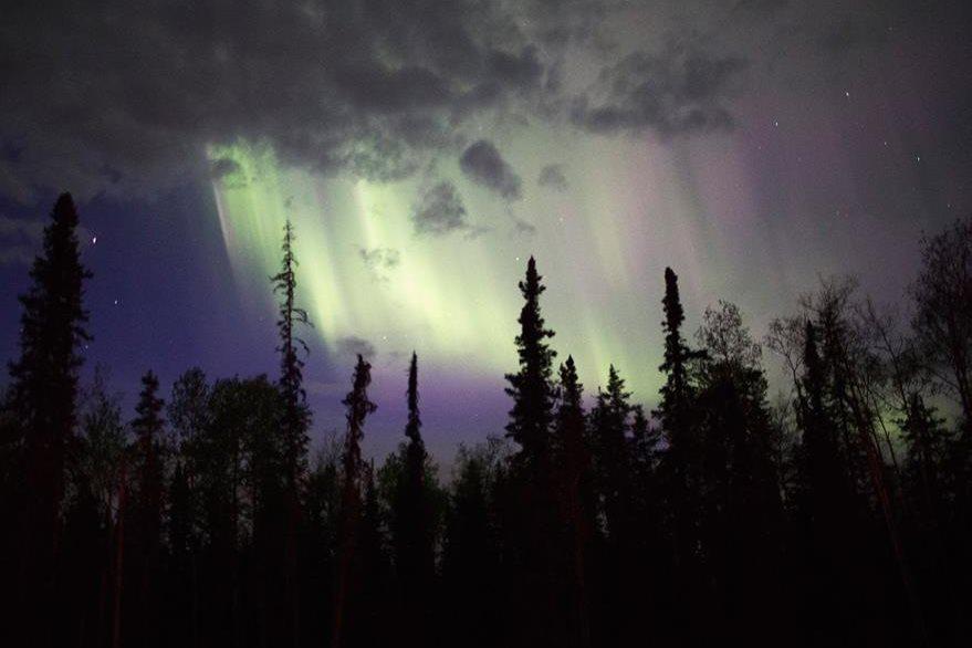 El humo producto del incendio forestal cubre el cielo de Fort McMurra, Alberta. (Foto Prensa Libre. AFP).