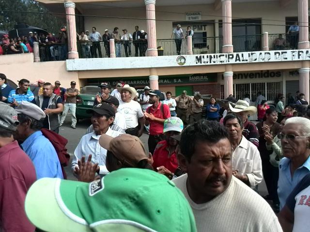 Extrabajadores de la comuna de Fraijanes exigen que sean reinstalados (Foto Prensa Libre: Estuardo Paredes)