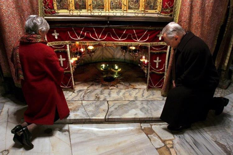 Peregrinos rezan ante la gruta donde se ubica el lugar del pesebre del nacimiento del niño Jesús, en Belén. (Foto: EFE)