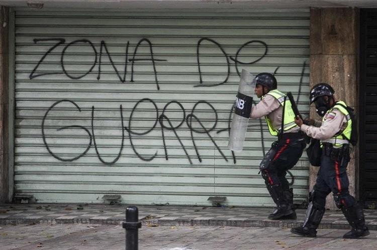 La Policía Nacional Bolivariana intentaba bloquear el paso de marcha opositora.