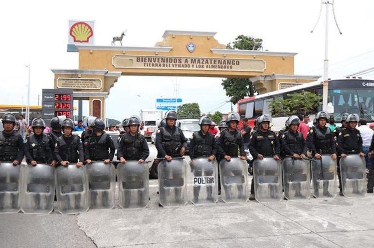 Un grupo de antimotines llegaron al lugar de la manifestación. (Foto Prensa Libre: Cristian Soto)
