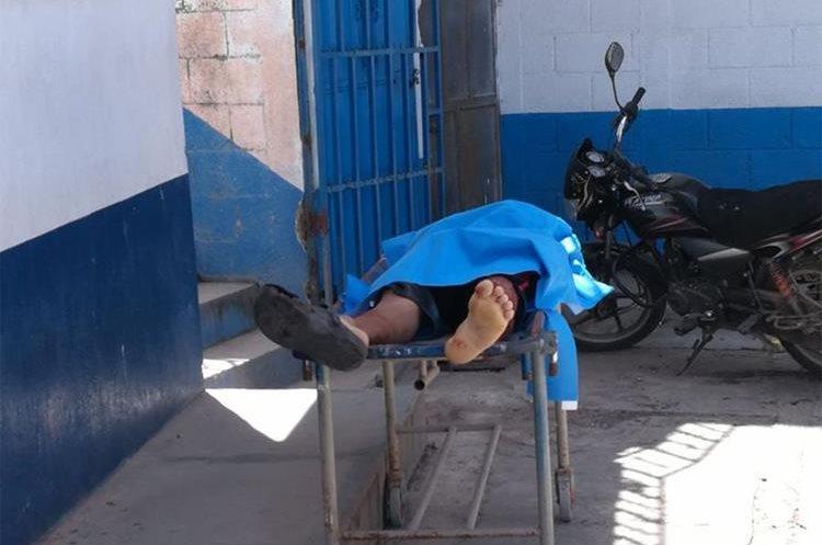 Una de las víctimas del ataque armado registrado este miércoles en el interior de una cevichería. (Foto Prensa Libre: Hugo Oliva)