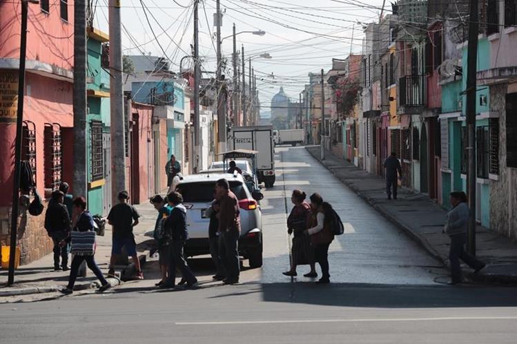 La 7a. calle, desde la Avenida Elena hasta el Parque Centenario, es catalogada por vecinos como área roja, por robos a peatones y vehículos. (Foto Prensa Libre: Álvaro Interiano).