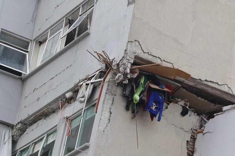 El terremoto en México ha dejado 324 muertos, mientras los edificios colapsados siguen como testigos de la tragedia. (Foto Prensa Libre: EFE)