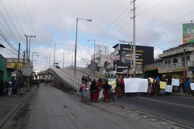 Manifestantes bloquean km 54 de ruta Interamericana, en Chimaltenango.