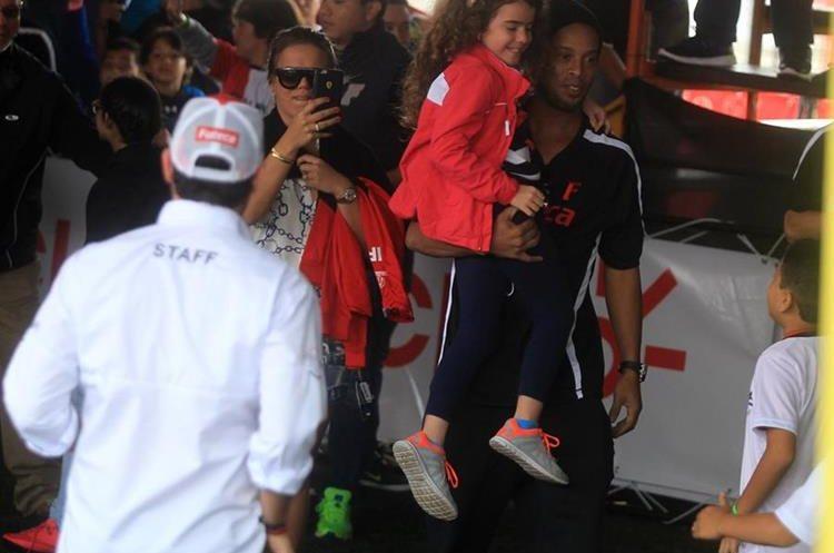 Ronaldinho Gaucho estuvo en futeca Cayalá, en su segundo dÃía en Guatemala. (Foto Prensa Libre: Carlos Vicente)