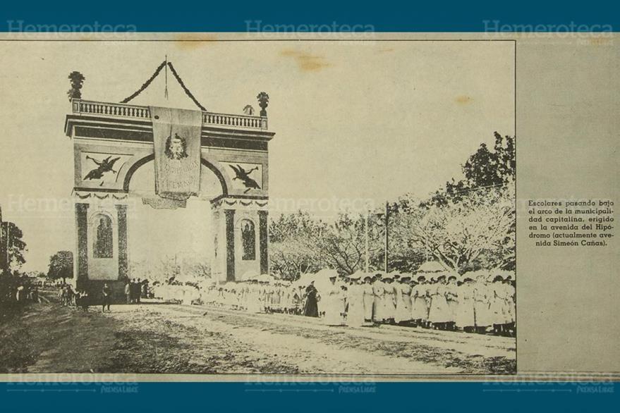 Arco construido en la Avenida del Hipódromo hoy Simeón Cañas. (Foto: Hemeroteca PL)