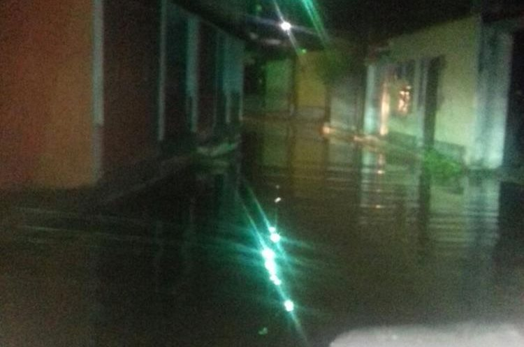 Calles quedaron inundadas en Guastatoya debido al colapso de drenajes. (Foto Prensa Libre: Conred)