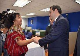 Una mujer indígena intenta hablar con el presidente Jimmy Morales durante la inauguración del consulado móvil de Like Worth, Florida, el pasado 6 de abril. (Foto Prensa Libre: AGN)