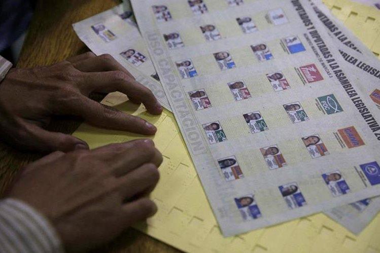 Vista de las cartillas para votantes no videntes durante una capacitación en San Salvador, El Salvador. (Foto Prensa Libre:EFE).