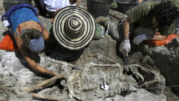 Muchos familiares todavía siguen buscando los restos de víctimas del franquismo. AFP