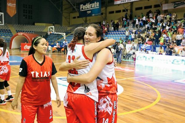 Las jugadores nacionales celebraron su pase a las semifinales al terminar el partido. (Foto Prensa Libre: Allan Martínez)