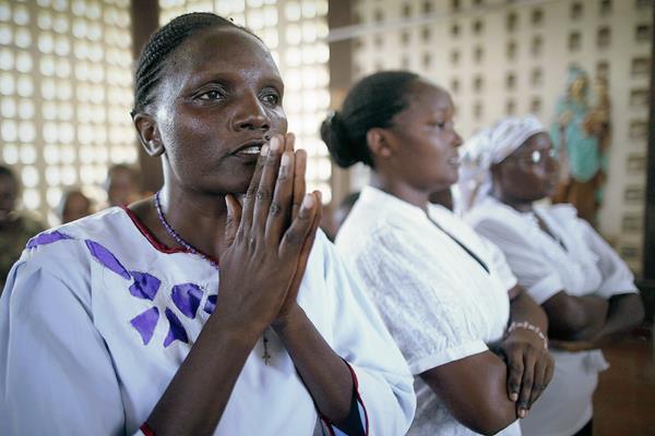 Familiares de los estudiantes keniatas deben pasar por el tortuoso proceso de identificación de los cuerpos. (Foto Prensa Libre: EFE).