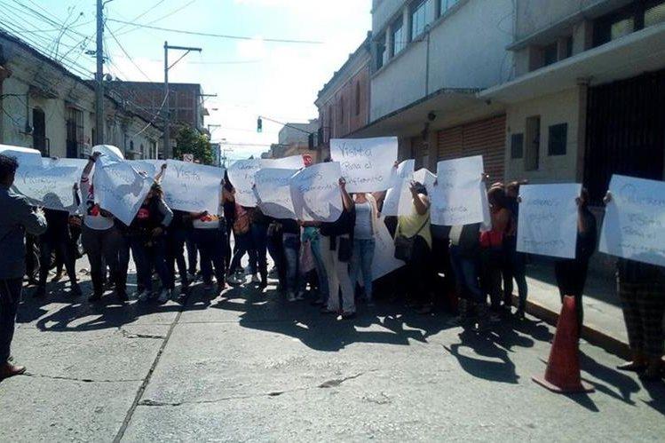 Con pancartas y consignas, familiares de pandilleros exigen a las autoridades del SP que se respeten derechos de los reclusos. (Foto Prensa Libre: Érick Ávila)