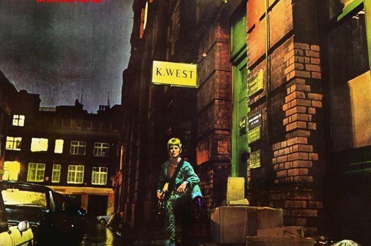 """La portada del disco de David Bowie ha despertado curiosidad por el letrero que dice """"K.West"""". (Foto Prensa Libre: Genius)."""