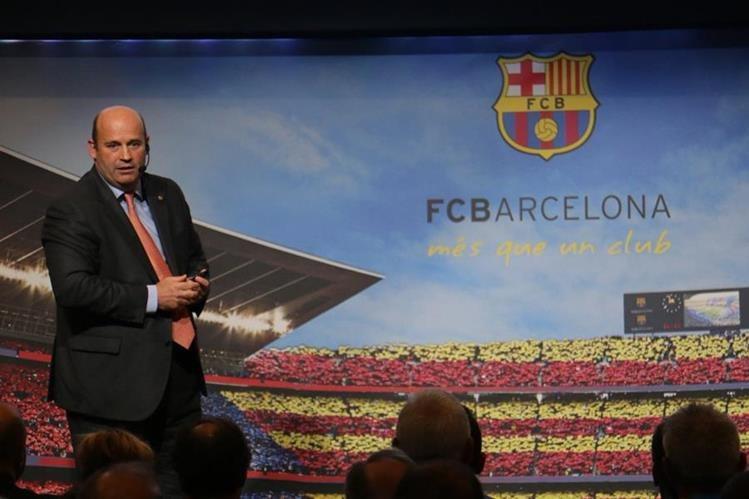 Óscar Grau presenta el nuevo modelo del FC Barcelona. (Foto Prensa Libre: Cortesía FC Barcelona).