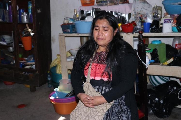 La señora María Edilberta Camey apela a los guatemaltecos para que le ayuden en la recuperación de su hijo. (Foto Prensa Libre: Víctor Chamalé)