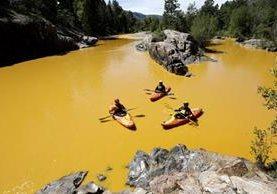 El río Animas luce color mostaza después de los contaminantes que por error, se derramaron en sus aguas. (Foto Prensa Libre: AP).