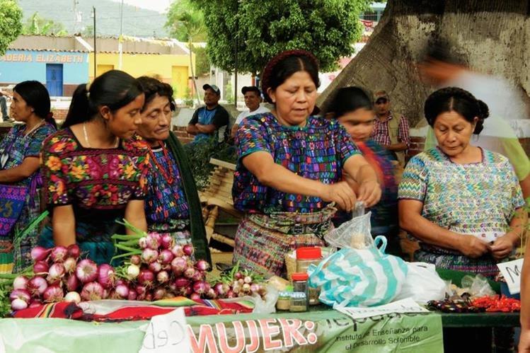 Mujeres participan en feria de semillas nativas, en San Miguel Chicaj, Baja Verapaz. (Foto Prensa Libre: Carlos Grave)