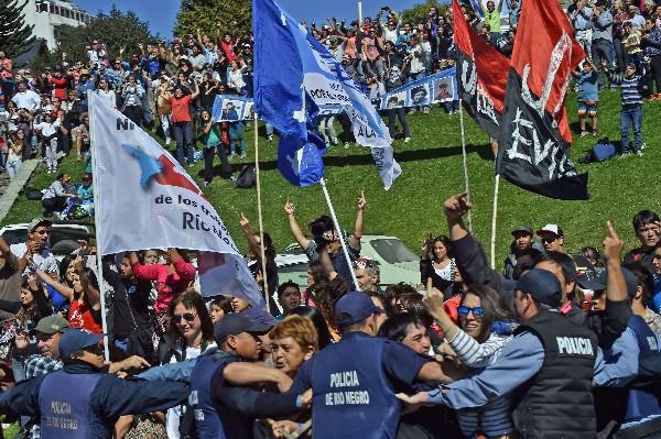 Decenas de miles de argentinos marcharon el jueves hacia la Plaza de Mayo, a 40 años del golpe de Estado. (ap
