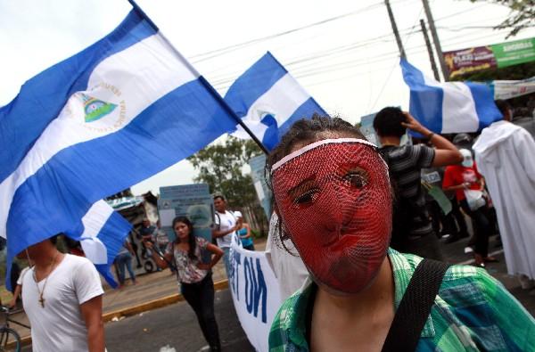 Los opositores se acercan frente al edificio del CSE. (Foto Prensa Libre:AFP).