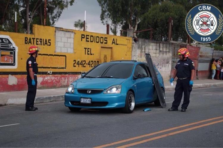 Una persona murió dentro de un vehículo en la zona 7 y tres más resultaron heridas. (Foto Prensa Libre: CBM)