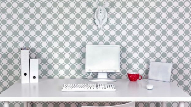 Muchas compañías imponen límites lo que sus trabajadores pueden poner en sus escritorios. (Foto Prensa Libre: Getty Images)