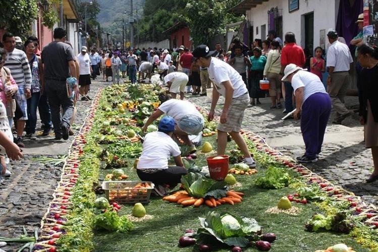Devotos elaboran las alfombras de aserrín, flores, frutos o legumbres, para el paso de procesiones en Antigua Guatemala. (Foto HemerotecaPL: Renato Melgar)