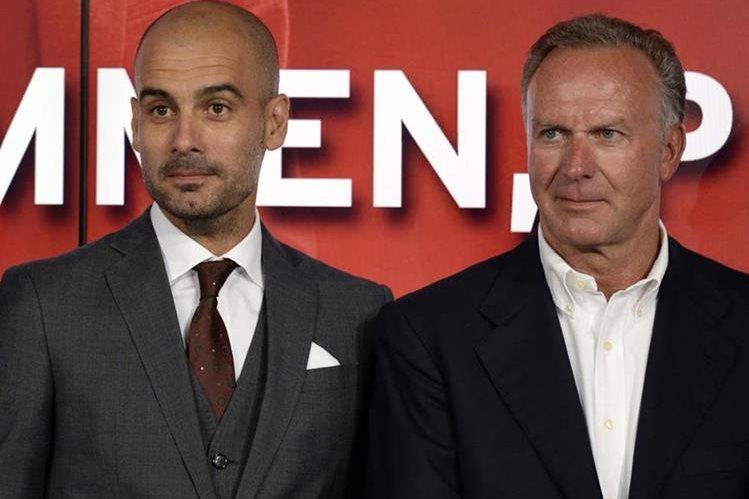 Pep Guardiola junto al presidente del Bayern Múnich Karl-Heinz Rummenigge, quien lo defiende de las críticas. (Foto Prensa Libre: AFP)