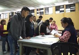 Cientos de estudiantes realizaron un examen de admisión para optar a inscribirse en el Instituto Fischmann. (Foto Prensa Libre: Juan Carlos Rivera).