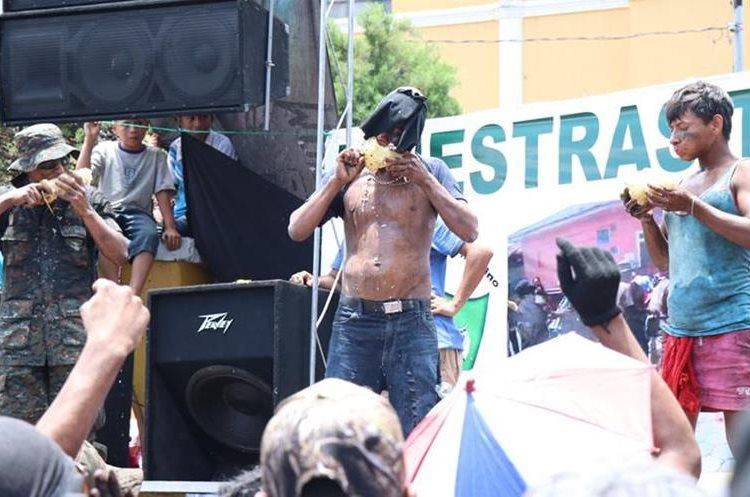 Los Shapos participan en el concurso de la tripa, la piña y el pepino, en San Bernardino, Suchitepéquez, (Foto Prensa Libre: Cristian Soto)