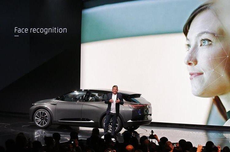 Carston Breitfeld, CEO y cofundador de Byton, introduce el nuevo carro eléctrico de la compañía (Foto Prensa Libre: EFE).