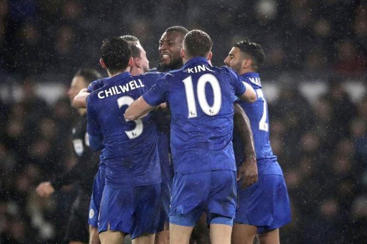 El Leicester, vigente campeón de Inglaterra, sufrió para empatar 2-2 en el campo del Derby (2ª división). (Foto Prensa Libre: AFP)