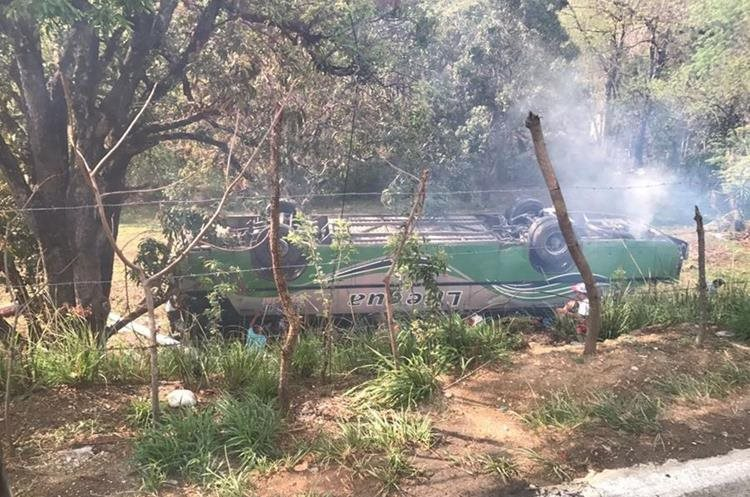 Personas que iban en carretera se detuvieron para ayudar a los pasajeros. (Foto: Virginia Ballester)