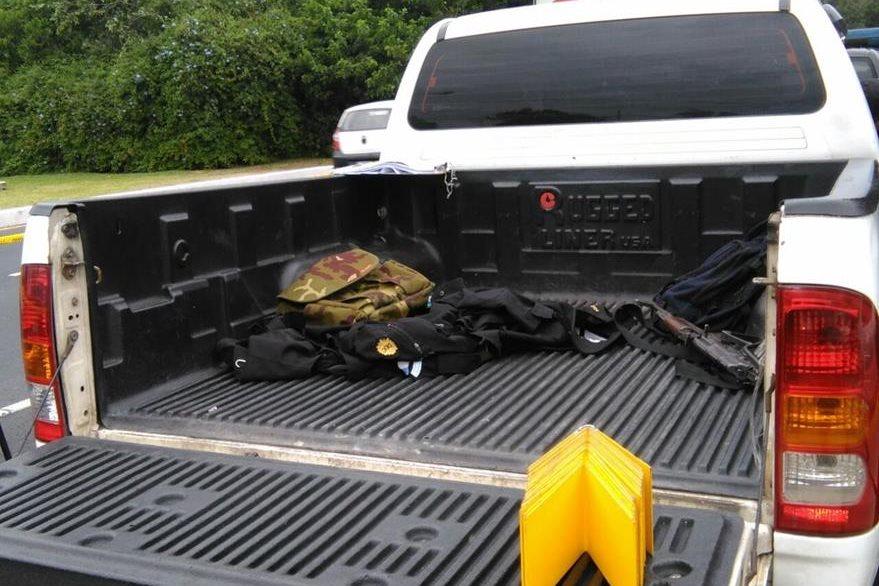 Un fusil AK-47 y uniformes de la PNC fueron encontrados adentro del picop, en la zona 13. (Foto Prensa Libre: Estuardo Paredes)